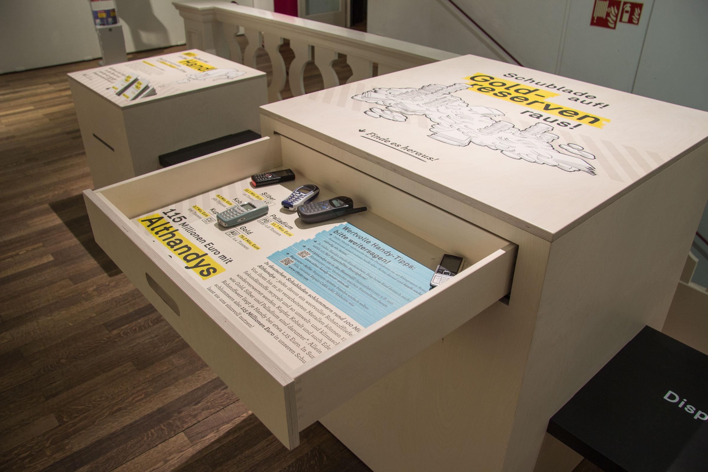 Offene Schublade der Kiste »Rohstoffe in Handys«