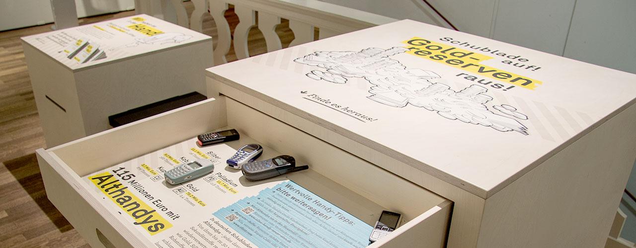 Kiste »Ressourcen in Handys« mit offener Schublade